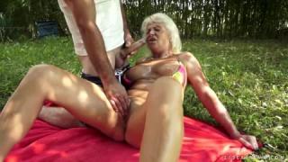Sexe anal avec une vieille femme dans la forêt