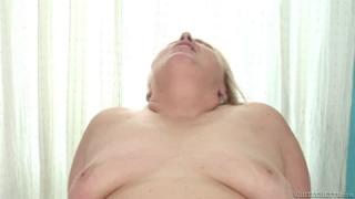 Très, très grosse femme blonde pour un porno
