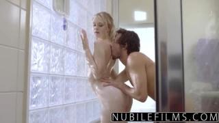 Trio gay dans la douche