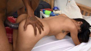 Sexe interracial avec une Arabe pornostar
