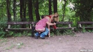 En train de baiser dans le parc avec une prostituée de la rue