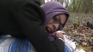 Khadija se fait Baiser par Luc dans le Bois de Boulogne