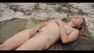 Jeune femme Française Pâle se Masturbe au bord du lac