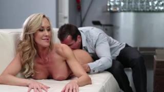 Jeune homme baisant une femme très chaude et mature