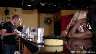 Baise Interraciale à trois de Matures Sexy pour Brazzers
