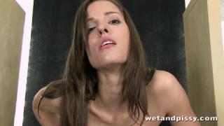 Ravissante Brunette Pisseuse dans une vidéo YOUPORN