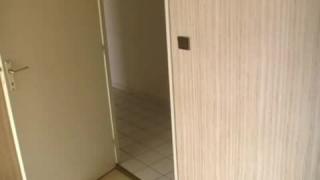 Fellation dans les toilettes publiques d'un centre commercial