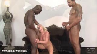 Deux noirs rendent cette vieille dame d'Iciporno très excitée