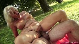 Grand-mère aime vraiment sentir le sexe anal dans la jungle Cam4