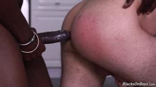 Ces deux mecs sont avec un noir qui les baise dans un porno gay