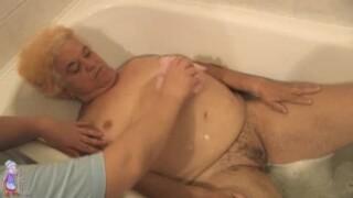 Hermine veut qu'une autre vieille dame la baigne pour Pornotube