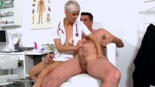 Une infirmière très expérimentée sort le sperme chaud à Coqnu
