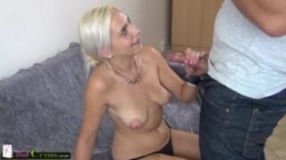 Janet est heureuse dans Tukif quand un homme lui montre sa bite